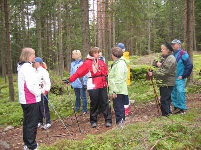 Retkeläisiä Kerkkoosta Porvooseen vievän polun varrelta: kävelyn lomassa Anne Rihtniemi-Rauh kertoi maisemassa näkyvistä menneisyyden merkeistä.
