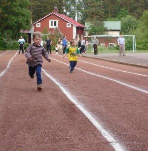 Kesällä kilpaillaan Kerkkoon urheilukentällä.